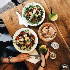 A na lunch pozostaliśmy dalej w klimacie wiosennym bo udaliśmy się do @starybrowar testować kolejne miejscówki w ramach @foodprojectbysb!  Tym razem padło na @petitparis.bakery i ich lemoniadę (10 PLN) i sałatkę wiosenną (24 PLN) z pomidorami suszonymi i tradycyjnymi kaparami oliwkami rzodkiewką ogórkiem i mnóstwem zielonych dobroci  W dobie epidemii przeziębień i zarazków atakujących nas na każdym kroku (Madzix powoli się poddaje ) takie sałatkowe bomby witaminowe to zbawienie!  Wszamaliśmy…