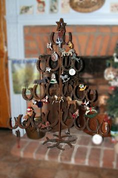 """Christmas Tree Themes : Horse shoe Christmas tree- """"My Guy"""" should make me one of these ! Western Christmas, Country Christmas, All Things Christmas, Christmas Fun, Christmas Decorations, Horseshoe Christmas Tree, Xmas, Horseshoe Projects, Horseshoe Crafts"""