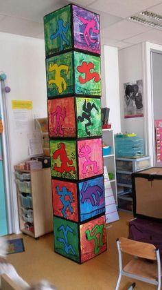 Cubes inspirés de Haring réalisés en décloisonner entre avec les GS. Pour le mur de l'an prochain ?
