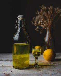 Przepis na najlepszą cytrynówkę | PrzepisyTradycyjne.pl White Wine, Diy Gifts, Alcoholic Drinks, Food And Drink, Beer, Bottle, Cooking, Glass, Cakes