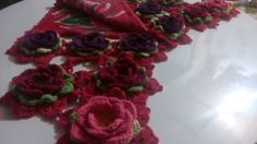 Centro de mesa vermelho,  em tear,  com pintura de Margarida e barrados em crochê...