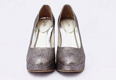 ANEKA SEPATU dari AIMEERA INNERS SILVER HEELS sepatu dengan model stileto dengan tinggi 7cm membuat kaki menjadi lebih jenjang/tinggi. dengan warna silver cocok dipakai kemana saja dengan ukuran 38 HARGA : Rp.165.000  DETAIL ORDER :  SILFIYA GUSRINI SMS / WHATSAPP : 081323565991 BBM 294E3A31
