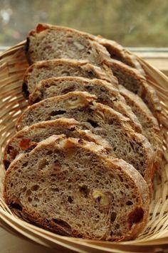 Цельнозерновой хлеб с изюмом и орехами