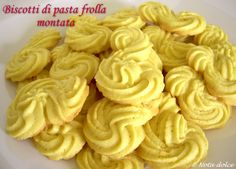 I biscotti di pasta frolla montata sono dei golosi biscotti diffusi anche nelle pasticcerie. Il segreto della loro bontà è l'impasto di pasta frolla montata