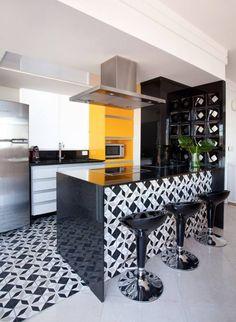 Cobertura Duplex - Beatriz Quinelato - Manufatt. Cozinha preta, branca e cinza com toques de amarelo.