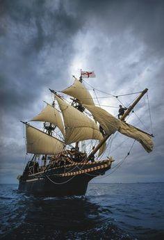 El barco de un corsario.   La fotografía muestra una réplica del Golden Hind (Cierva Dorada), el galeón con el que Francis Drake se apoderó del tesoro del Nuestra Señora de la Concepción y circunnavegó el planeta.