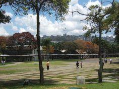 Pasillo techado cercano a la Facultad de Humanidades y Educación, vista desde Tierra de nadie