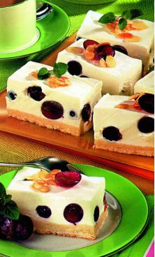 Creamy grape cake - Culinary recipes - Romanian and from the kitchen . Romanian Desserts, Romanian Food, Cooking Cake, Cooking Recipes, Kitchen Recipes, Dessert Salads, No Cook Desserts, Sweet Tarts, No Bake Cake
