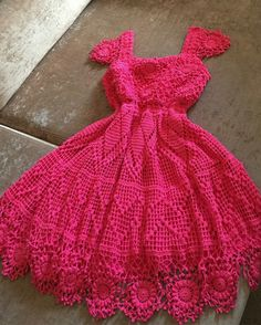 #croche #vestido #artesanato #graficosdecroche #roupa Smocking Patterns, Dress Patterns, Knitting Patterns, Crochet Woman, Crochet Baby, Knit Crochet, Diy Vestidos, Lace Back Dresses, Crochet Tank Tops