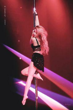 mamamoo solar pole dance ~** kim yongsun makes me wanna learn how to pole dance. she makes it look so cool & elegant Kpop Girl Groups, Korean Girl Groups, Kpop Girls, Solar Mamamoo, Pole Dance, K Pop, Divas, Rainbow Bridge, K Idols