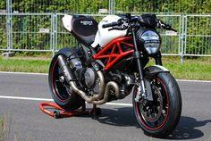Il Ducatista - Desmo Magazine: Ducati Monster 1100 Evo by WalzWerk-Racing (Marcus Walz). Ducati 796, Moto Ducati, Ducati Motorcycles, Vintage Motorcycles, Ducati Monster 1100 Evo, Cafe Racer Bikes, Cafe Racers, Womens Motorcycle Helmets, Motorbike Girl