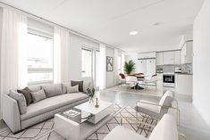 Vaalea koti luo rauhaa ja tasapainoa. Sen ei tarvitse kuitenkaan olla tylsä, vaan pienillä yksityiskohdilla luot vaaleaankin kotiin eloa! Esimerkiksi koristetyynyillä ja -esineillä, matoilla ja huonekalujen yksityiskohdilla vaaleankin kodin ilme piristii. Tämä olohuone löytyy Jyväskylän Palokasta. Couch, Furniture, Home Decor, Settee, Decoration Home, Sofa, Room Decor, Home Furnishings, Sofas