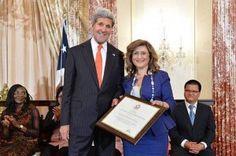 Une Libanaise à l'honneur, à Washington, pour son engagement contre l'esclavage moderne. Le secrétaire d'État américain John Kerry et la directrice de l'Institut des droits de l'homme de l'ordre des avocats de Beyrouth, Élisabeth Sioufi.