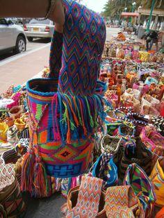 este modelo se llama telar corto te esperamos en la guajira wasapp This model is called a short loom. We wait for you in the guajira wasapp Tapestry Bag, Tapestry Crochet, Novelty Handbags, Mochila Crochet, Diy Embroidery Kit, Boho Bags, Unique Bags, Beaded Bags, Knitted Bags