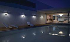 una piscina illuminata con luci led bianche