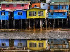 Los singulares palafitos de Castro son uno de los atractivos urbanos de esta ciudad costera. Más allá de su atractivo, los coloridos palafitos son para los pobladores un cómodo hogar cerca de la costa, seguro y sin humedad, el lugar ideal para los que viven en torno al mar. ¡Visita Chiloé!