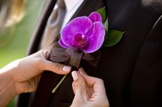 Floral Friday: The Art of Pinning a Boutonniere | utahbrideblog.com