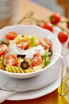 Ensalada de pasta veraniega con una salsa de yogur, una receta muy sana y saludable