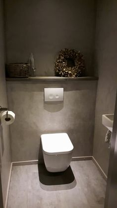 (Notitle) Matt white rimless toilet with soft sitting.Matt white rimless toilet with soft sitting. Wood look tile in combination with large format concrete look tile. Concrete Look Tile, Wood Look Tile, Uses Of Marble, Small Toilet Room, Floating Architecture, French Bathroom, Downstairs Loo, Inside Design, Bathroom Toilets