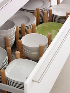 Un platero en un gavetero. Las separaciones se hacen con topes para evitar que los platos se muevan y se golpeen unos con otros desconchándose. Los topes se pueden cambiar de sitio para adaptarse al tamaño de platos y boles.