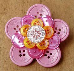 Great for kids' craft idea.  Colors are endless, and could even glue a magnet on back, to put on frig.    [flor de botões]