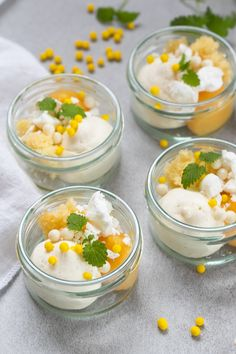 Enkel pannacotta- och passionsfruktdessert i glas Fika, Mousse, Panna Cotta, Nom Nom, Curry, Muffin, Sweets, Fruit, Ethnic Recipes