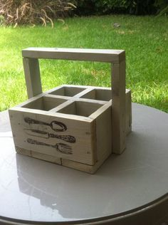 cubiertero/ condimentos madera pallet reciclado Pallet Crates, Pallet Art, Wooden Crates, Wooden Diy, Wood Pallets, Scrap Wood Projects, Woodworking Projects, Diy Arts And Crafts, Wood Crafts