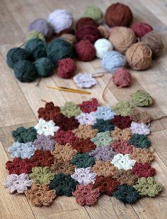 avec des restes de pelotes, faire un top ou une couverture fleuri !