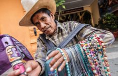Comerciante indígena en Antigua Guatemala. In: La Prensa. Honduras. 2/IX/2014.