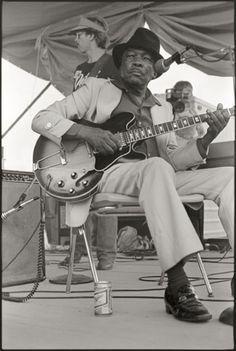 Craig Baird Photographs John Lee Hooker at the 1982 Delta Blues Festival. One Bourbon, One Shot & One Beer hooker recorded the Rhythm And Blues, Jazz Blues, Blues Music, Blues Artists, Music Artists, George Harrison, John Lee Hooker, Classic Blues, Mississippi Delta