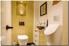 Mooie zwarte spiegel bij de lichte kleuren van het toilet. Spiegel te koop bij: https://www.barokspiegel.com/engelse-spiegels/barok-spiegel-denzel