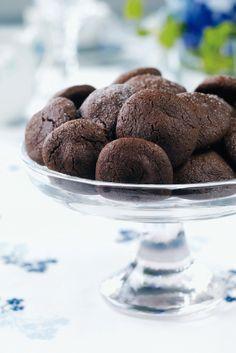 Suklaasydämiset pikkuleivät. Tosi helppoja ja nopeita suklaakeksejä. Sisälle voi laittaa erimakusia suklaita. Ja päälle voi sulattaa esim. valkosuklaata.