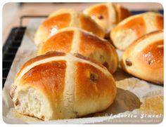 Hot cross buns http://federicaincucina.blogspot.it/2015/03/hot-cross-buns-panini-dolci-pasquali.html