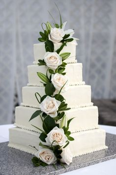 """serves 250 people.  It was 5 tiers (14"""", 12"""", 10"""", 8"""", 6""""),  each tier with 3 layers of cake and 2 layers of filling."""