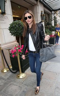ミランダ・カー - BALMAINの Le Pierre バッグがお気に入り!デニムとレザージャケットでパリ私服 | CELEB SNAP