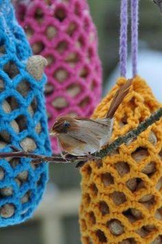 ao with / De pinda-netjes van bonthuishouden. Dutch pattern to brighten up your garden with these peanut nets for the birdies. Knitting Yarn, Knitting Patterns, Crochet Patterns, Stitch Crochet, Crochet Stitches, Crochet Home, Diy Crochet, Crochet Birds, Yarn Bombing
