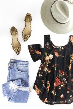 Black Floral Print Top. Perfect spring outfit. Boutique style. Spring fashion. therollinj.com