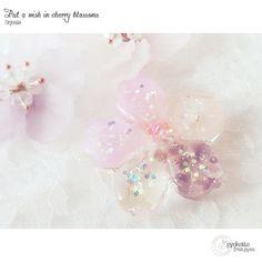 【pyokotto】さんのInstagramをピンしています。 《* 友達のお子ちゃまが、難病を持っていて 桜のネックレス買ってくれた時、これお守りにする! と言ってくれて どうせなら、御利益ありそうな天然石入ったやつ、作ってあげようと思って^^ ・ トルマリンとアメジスト、健康にも効くみたいᕦ(ò_óˇ)ᕤ * * #ハンドメイド #ハンドメイドアクセサリー #handmade #アクセ #kaumo #アクセサリー #pyokotto #レジン #天然石 #桜》