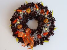 Dušičkový věnec v oranžové Věneček z borovicových šišek. Zdobený staticí a mašličkou. Průměr 30cm. Halloween, Christmas Wreaths, Holiday Decor, Home Decor, Holiday Burlap Wreath, Interior Design, Halloween Stuff, Home Interior Design, Home Decoration