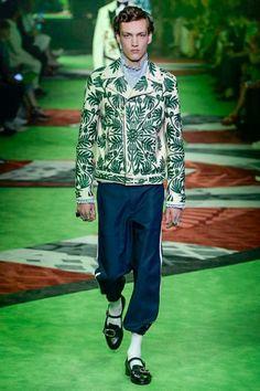 Gucci Spring/Summer 2017 Marks Brand's Last Dedicated Menswear Show - Por Homme - Contemporary Men's Lifestyle Magazine Men Fashion Show, Mens Fashion Week, Fashion 2017, Milan Fashion, Milano Menswear, Gucci Spring 2017, Inspiration Mode, Men Street, Gucci Men