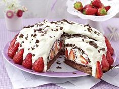Stracciatella-Torte mit Erdbeeren - so geht's - stracciatella-torte Rezept