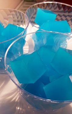 Measure 1 cup of vodka. Add an extra cup for stronger shots. Sprinkle Knox gelatin into the vodka. Let sit for 1 minute. Combine Jello, Kool Aid, and sugar in measuring cup. Party Drinks, Fun Drinks, Alcoholic Drinks, Beverages, Uv Blue Drinks, Colorful Cocktails, Party Shots, Tiki Party, Refreshing Drinks