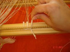Quiero Pura Lana: 5° Clase de telar: Enganchar el material 1° parte Macrame Tutorial, Lana, Weaving, Crochet, Farmhouse Rugs, Scarf Knots, Loom Knit, Linen Bag, Tapestry Weaving