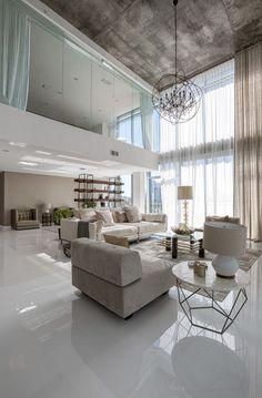 Különleges terek: két emelet magas nappali és hatalmas üvegfelületek