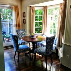 Breakfast nook...I like the table