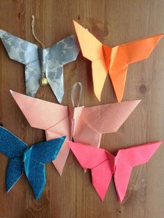 Dekorative Schmetterlinge aus buntem Papier