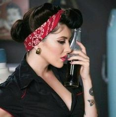chignon année 50 coiffure pin up facile coupe rockabilly bandana brune femme Rockabilly Pin Up, Rockabilly Moda, Rockabilly Fashion, Rockabilly Hairstyle, Retro Pin Up, Look Retro, Pin Up Looks, Estilo Pin Up, Estilo Retro