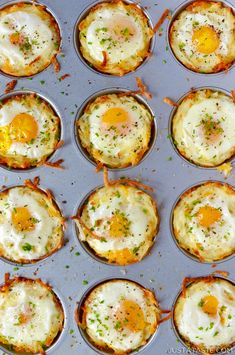 These Cheesy Hash Brown Cups w/ Baked Eggs by are brunch in a bite (or two! 👉Get the & more Breakfast Egg recipes… Breakfast And Brunch, Breakfast Muffins, Breakfast Dishes, Breakfast Ideas With Eggs, Savory Muffins, Brunch Food, Egg Cupcakes Breakfast, Egg Dishes For Brunch, Easy Egg Breakfast