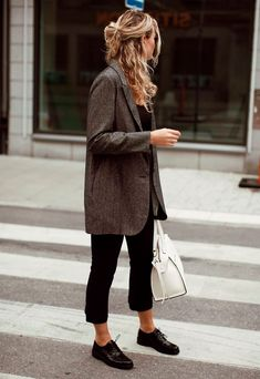 Visual Guide to the 47 Sleekest Minimalist Fashion Outfits We've Ever Seen An oversized blazer feels chic and minimalist over a simple pair of black trousers.An oversized blazer feels chic and minimalist over a simple pair of black trousers. Fashion Mode, Work Fashion, Womens Fashion, Fashion Trends, Fashion Ideas, Trendy Fashion, Fashion Black, Street Fashion, Fashion Styles
