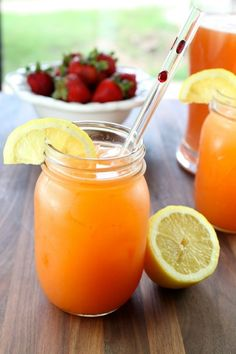 Summer Berry Punch Recipe- perfect drink for your summer barbecues, picnics and parties! A delicious blend of summer's best strawberries, pineapple, lemons and ginger ale. Drinks Alcohol Recipes, Fruit Drinks, Non Alcoholic Drinks, Healthy Drinks, Drink Recipes, Beverages, Refreshing Drinks, Summer Drinks, Berry Punch